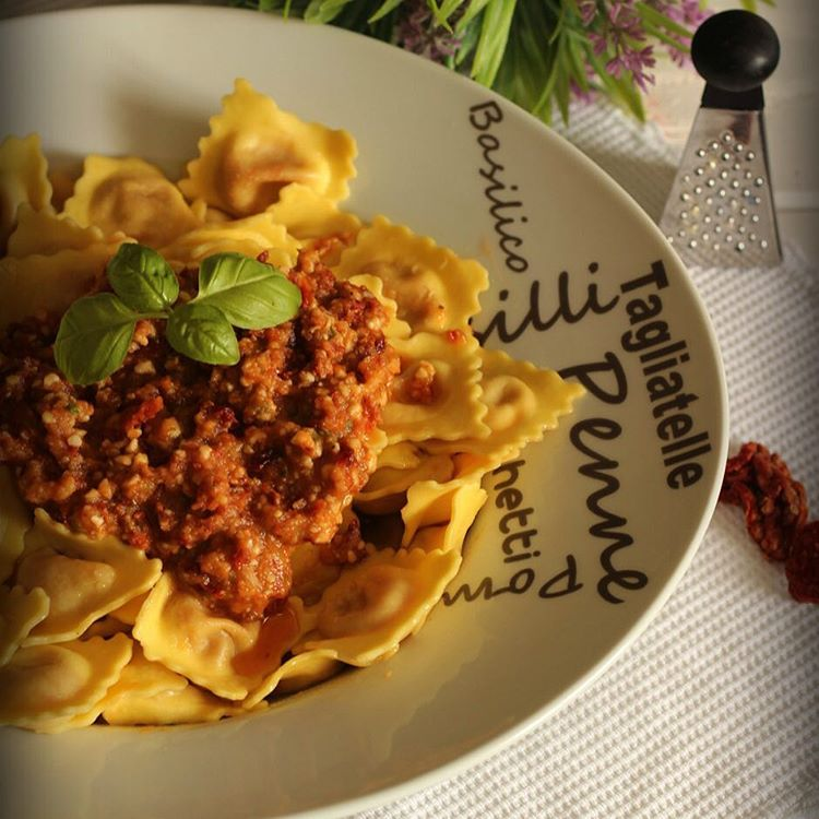En menos de 10 minutos Raviolis con pesto de tomateshellip